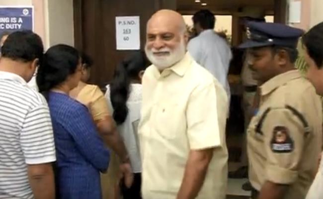 రాఘవేంద్రరావుకు ఓటర్ల ఝలక్.. అలిగి వెళ్లాడు!